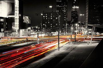 Verkeer op Kop van Zuid, Rotterdam (bij nacht) van Vincent van Kooten