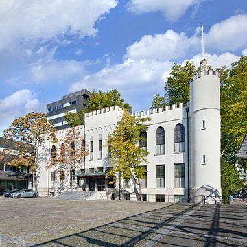 Het stadhuis van Tilburg op een zonnige dag met een blauwe hemel van Tony Vingerhoets