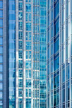 Réflexion sur la surface vitrée d'un gratte-ciel sur Tony Vingerhoets