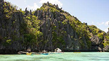 Bootjes in het water bij El Nido kliffen (Filipijnen) van Jessica Lokker