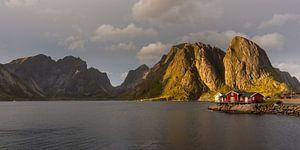 Zonsondergang bij Reine, Lofoten, Noorwegen van