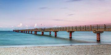 Avondsfeer bij de pier van Prerow van Daniela Beyer