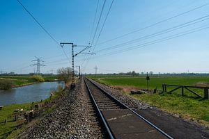 Eenzaam treinspoor door het platteland