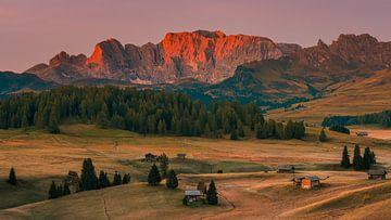 Panoramafoto van een zonsopkomst in Alpe di Siusi