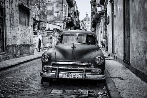 Oldtimer klassieke auto in centrum van Havana Cuba. One2expose Wout Kok Photography van