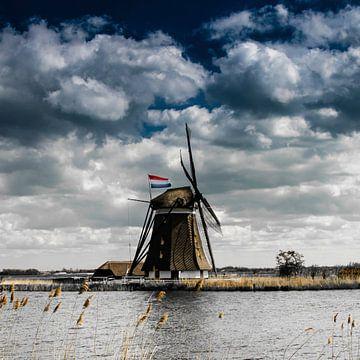 Eendrachtsmolen langs de Rotte met de Nederlandse vlag van Ricardo Bouman