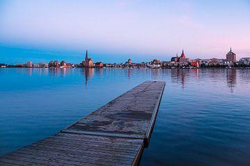 Vue sur la rivière Warnow jusqu'à la ville hanséatique de Rostock sur Rico Ködder