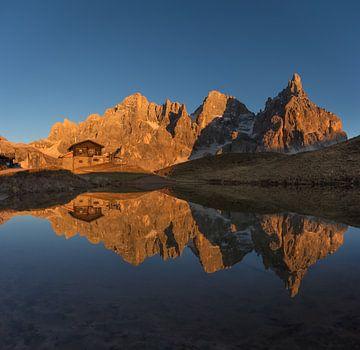 Goldenes Stundensonnenlicht auf den Bergen - Dolomit, Italien von Thijs van den Broek