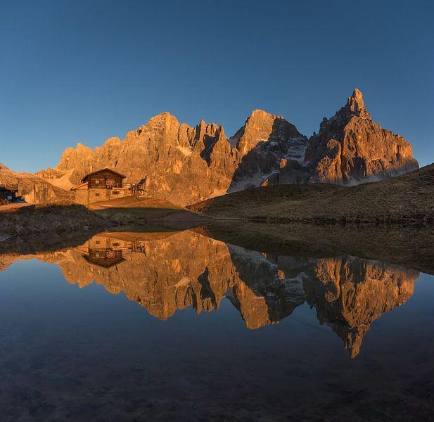 Gouden uurzonlicht op de bergen - Dolomieten, Italië van Thijs van den Broek