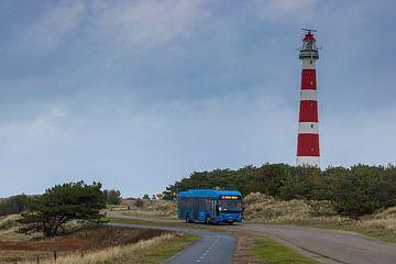 Ameland Leuchtturm mit einem Elektrobus in der Dünenlandschaft von Arthur Scheltes