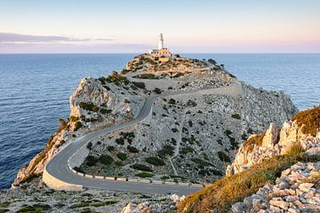 Avondzon bij Far de Formentor in Mallorca van Michael Valjak
