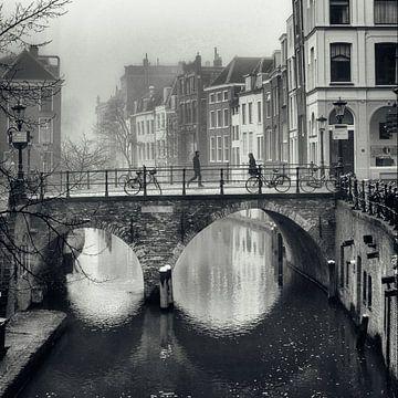 Straatfotografie Utrecht. Voetgangers in de mist op de Maartensbrug in Utrecht. van De Utrechtse Grachten