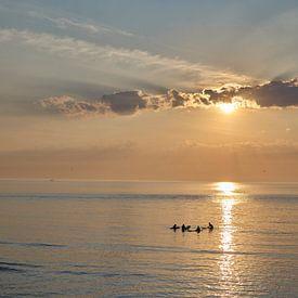 Surfers in de zee bij Scheveningen, Den Haag van Sjoerd van der Hucht