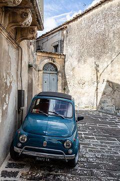 fiat 500 in straatje in Puglia van Eric van Nieuwland