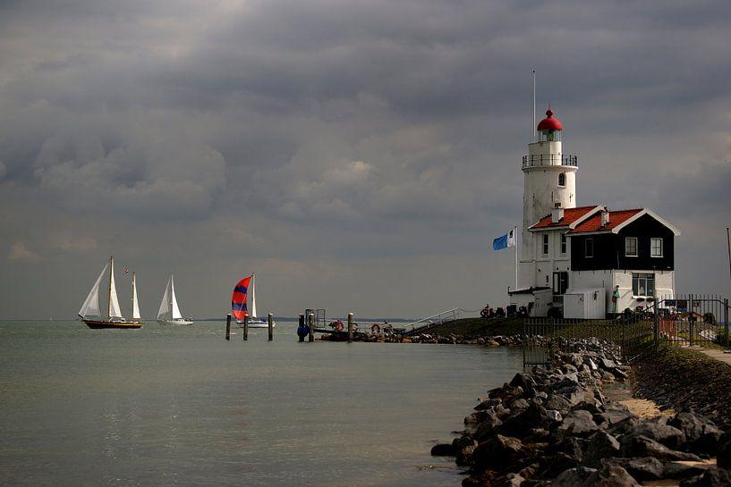 "Red and white sailing ships sail along ""Het Paard"" / the lighthouse in Marken., von Alice Berkien-van Mil"