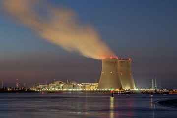 Nachtuitzicht in de haven van Antwerpen met verlichte koeltorens Doel van Daan Duvillier
