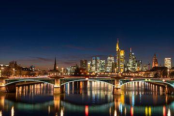 Skyline Frankfurt op blauw uur van Christian Klös