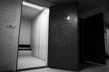 Wachtcellen in het Bijlmerbajes complex. von Yannick uit den Boogaard
