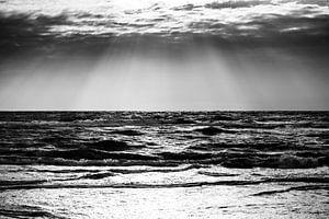 Ausblick auf das stürmische Meer (schwarzweiß)