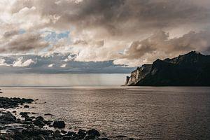 Zonsondergang aan zee op de Lofoten, Noorwegen. van