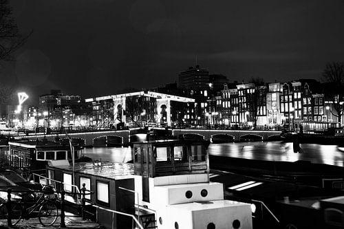De Amstel brug met boten in Amsterdam  zwart-wit