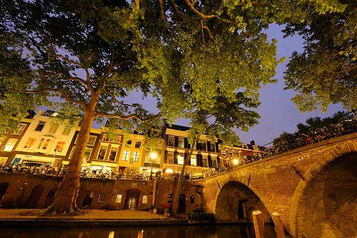 Oudegracht in Utrecht met Weesbrug von Donker Utrecht