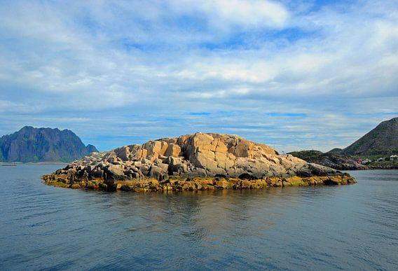 Klein eiland voor de Noorse kust. van Edward Boer