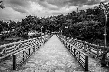 toegang tot houten brug Sanghklaburi von Karen Klein