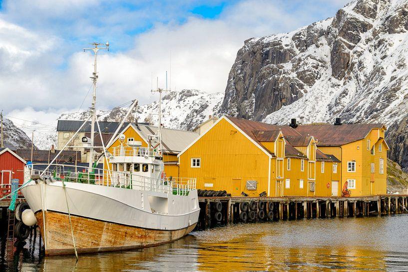 View on Nusfjord harbour in winter in the Lofoten in Norway van Sjoerd van der Wal