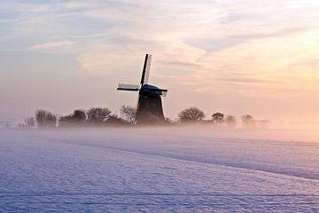 Traditionele molen op het platteland in de mist en sneeuw in Nederland von Nisangha Masselink