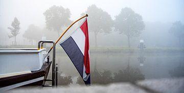 Bootsflagge im Nebel von Michel Groen