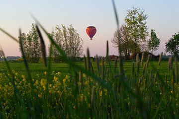 luchtballon boven de polder op een mooie paasdag van tiny brok