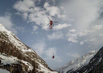 Helikopter in de Zwitserse Alpen van Willem van den Berge