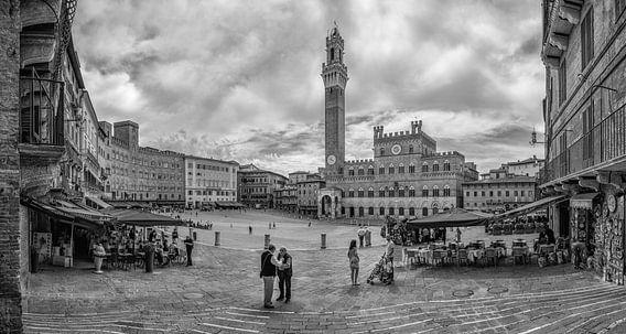 Siena - Piazza del Campo op een mooie lente ochtend - zwartwit