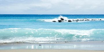 Azuurblauwe golven slaan neer op het strand van Tenerife. van Hannie Bom
