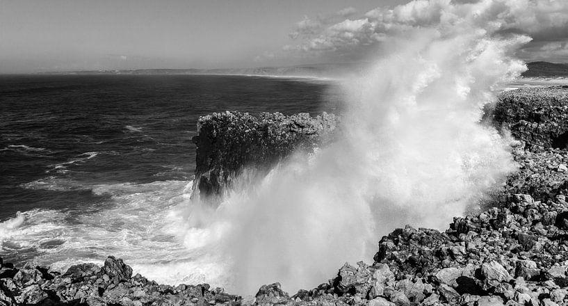 Incoming wave, Portugal van Chris van Kan
