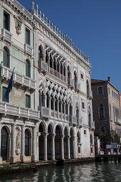 Palast an einem Kanal in Venedig, Italien von Joost Adriaanse