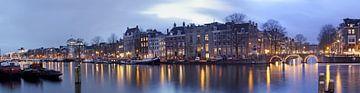 Panorama von Amsterdam auf der Amstel bei Nacht von Nisangha Masselink
