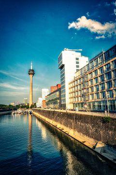 Düsseldorf Medienhafen Spiegelung Rheinturm und Gehry Bauten von Dieter Walther