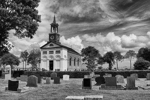 Kerkje van Terband met kerkhof in zwartwit-bewerking