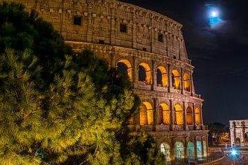 Kolosseum mit dem Neumond und dem Konstantinsbogen in Rom - Italien von Castro Sanderson