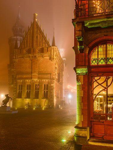 Oude stadhuis en Jugendstil winkel in Kampen in de mist