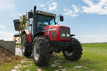 rode tractor met schudder van Tonko Oosterink