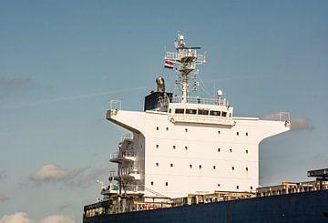Zeeschip torent hoog en droog boven de haven uit. van scheepskijkerhavenfotografie