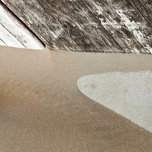 Abstracte zandstructuur tegen ruw houten wand van Hans Kwaspen