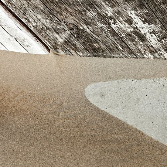 Abstracte zandstructuur tegen ruw houten wand