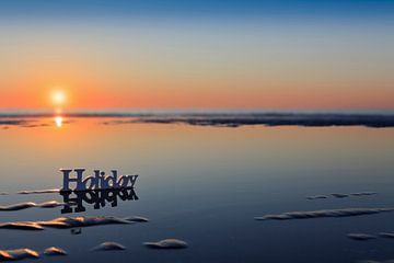 zonsondergang achter het woord Holiday op het strand von gaps photography
