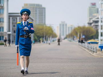 Verkeerspolitie in Pyongyang, Noord Korea van Teun Janssen
