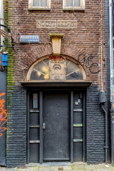Vergane glorie in de Wijdesteeg in Amsterdam.