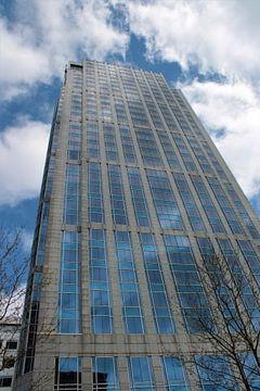 Hoog gebouw met mooie lucht te Rotterdam van Maarten de Jong